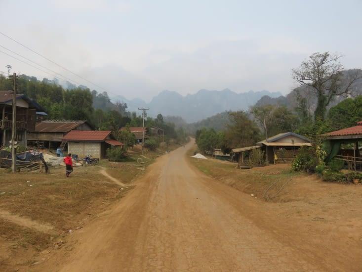 En dehors des quelques 'grands' axes bitumés, c'est ça le Laos du Sud.
