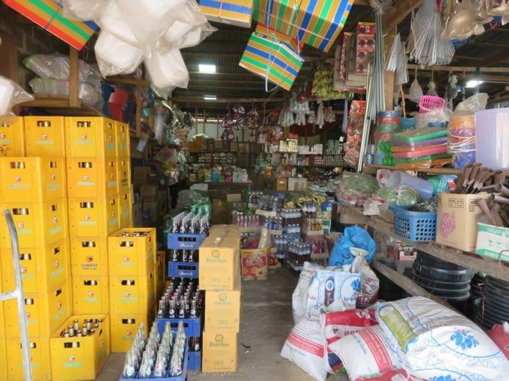 Le meilleur magasin qu'on ait jamais croisé au Laos. On y achètera notre fait-tout (2$), ce qui nous rendra 100% autonome ( faudra quand même acheter les ingredients)
