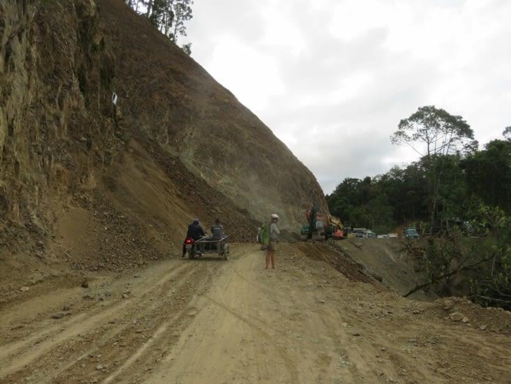 Ils font la route sans couper la circulation. Resultat, des chutes de roches sans prevenir, ou blocages pendant 1h, de ci de la.