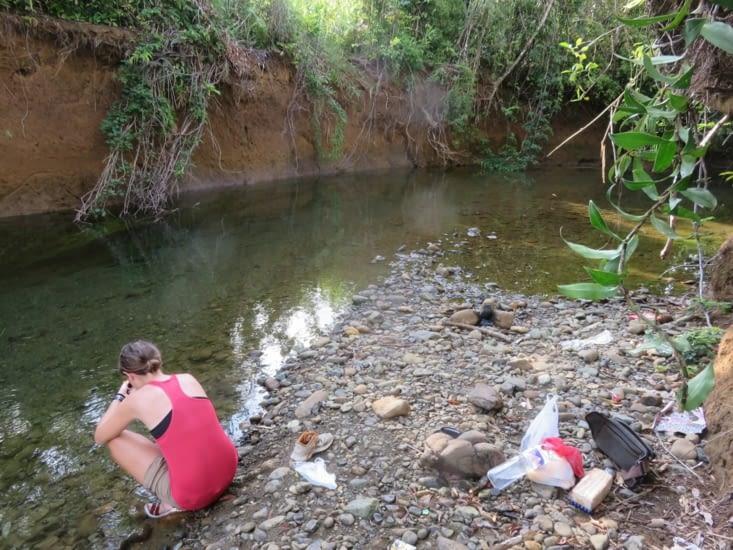 Un coin a l'ombre, eau assez profonde pour nager, et personne autour. Un petit coin tranquille, très rare en asie.