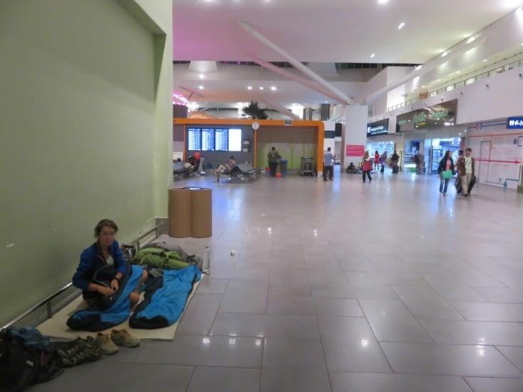 On a du materiel, on s'en sert. L'aeroport de Kuala Lumpur a ete notre maison pour 24h