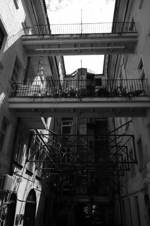 Rue piétonne, murs soutenus par des butons en treillis