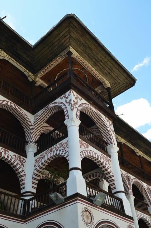 Vue de la coursive du bâtiment monacal