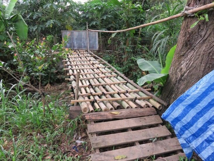 Acces a la ferme sur un pont en bamboo