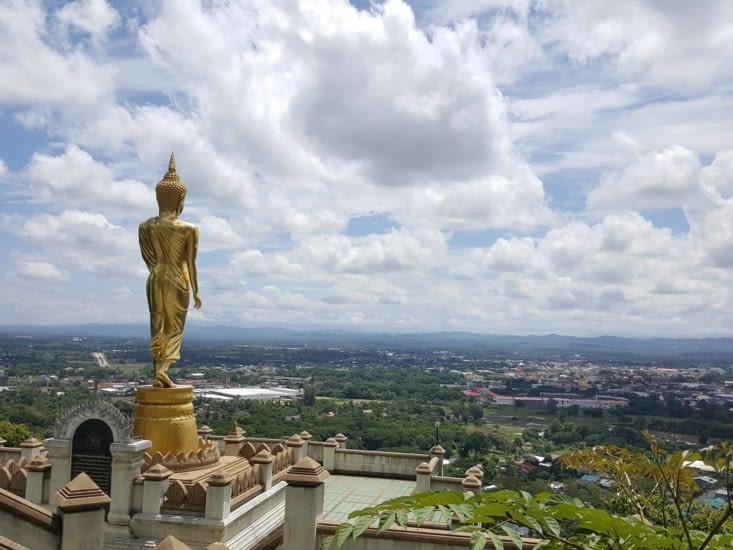 Buddha surplombant la ville de Nan