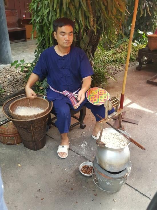 Extraction de la soie thaïlandaise (cocons bouillis)