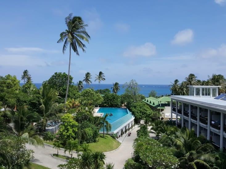Vue de notre chambre d'hôtel, la mer au loin