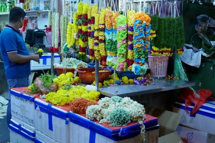 LITTLE INDIA avec ses échoppes de couronnes de fleurs