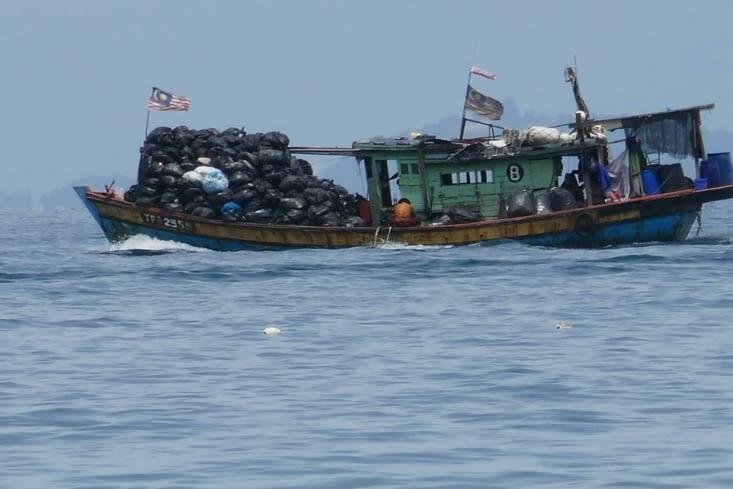 Le bateau poubelle