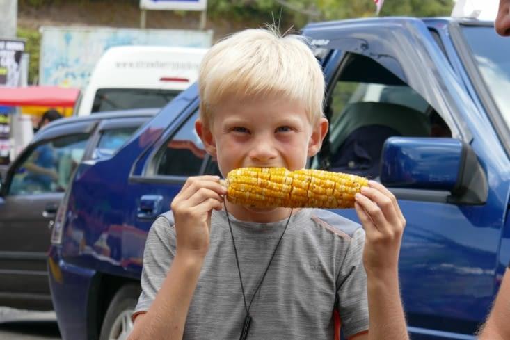 Maël découvre le maïs grillé, avec juste du beurre et du sel.