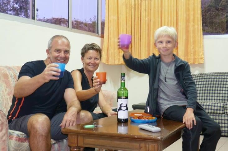 On a trouvé du vin, ça se fête!... Maël boit de l'ice tea local