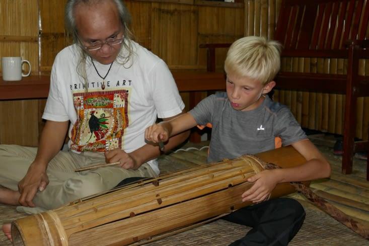 Cours de musique avec un instrument typique tout en bambou