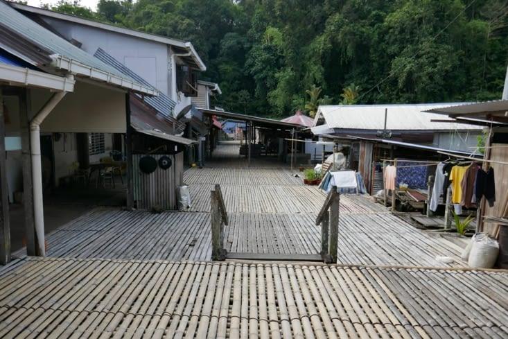 la rue piétonne de la longhouse (elle est refaite tous les ans)