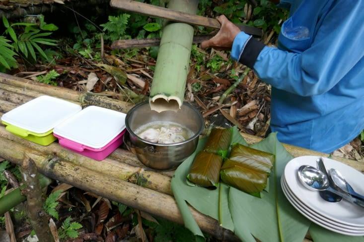 Voilà le poulet cuit dans le bambou