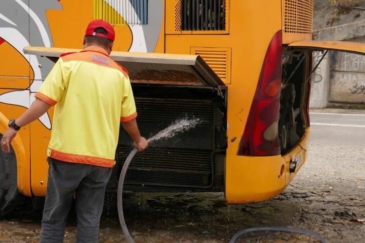 C'est bien un moteur à refroidissement à eau...!