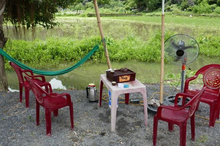 La vie douce à la vietnamienne : chaises, jeu, ventilo et hamac