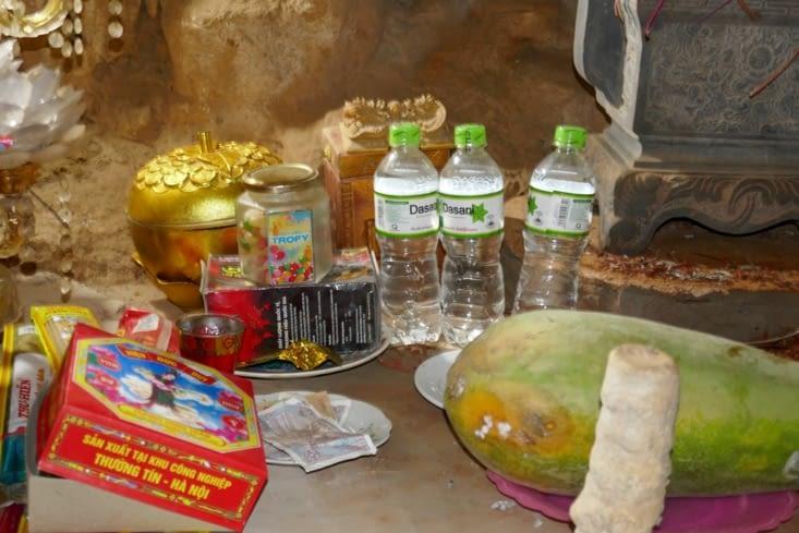 Quelques offrandes à l'entrée d'un temple