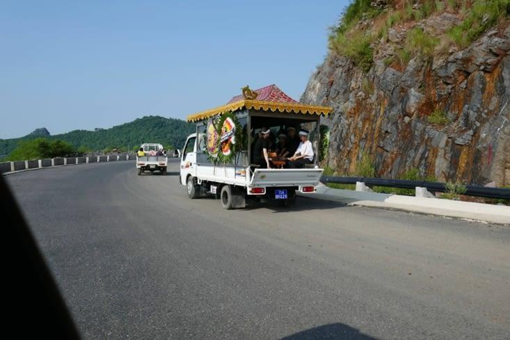 Le restant du convoi funéraire