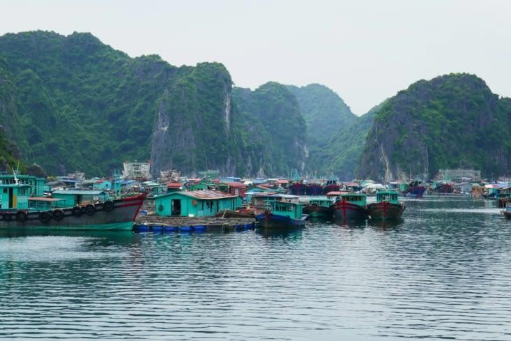 Voici un village flottant de pêcheurs en pleine mer