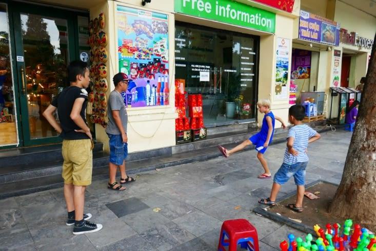 Maël participe à un jeu de rue