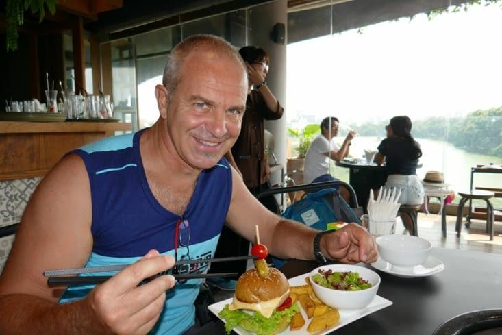 Un bon gros hamburger mais avec les baguettes, ça change tout !