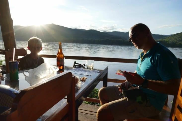 Petite pause pour profiter du coucher de soleil sur le Mékong