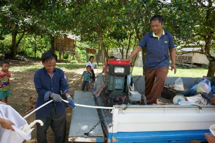 La fabrication de bâtons de riz dont les enfants raffolent