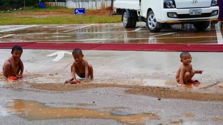 Les enfants adorent jouer dans la rue dès qu'il pleut