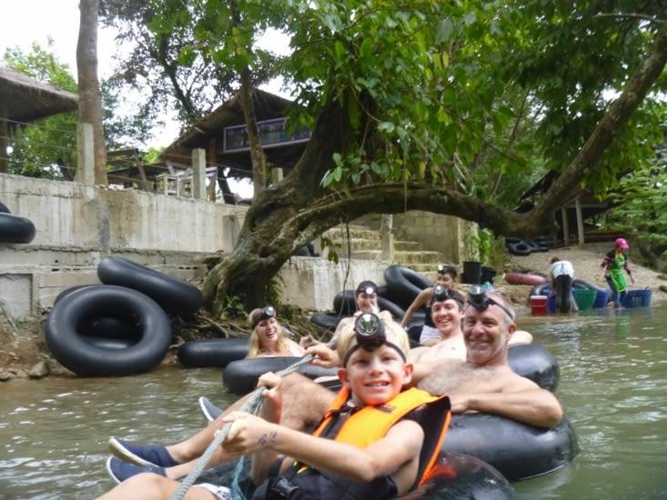 Visite sur des bouées dans une cave inondée