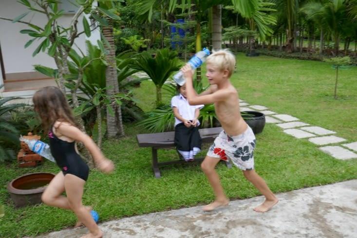 Jeux d'eau avec les petits copains français
