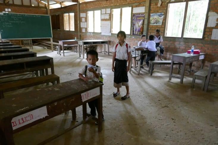Visite d'une petite école sur la route d'une grotte