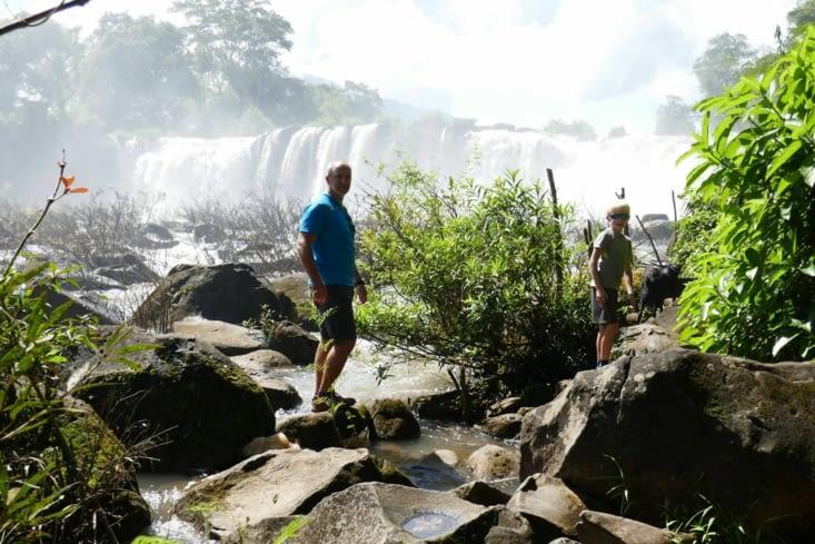 La cascade le long du village
