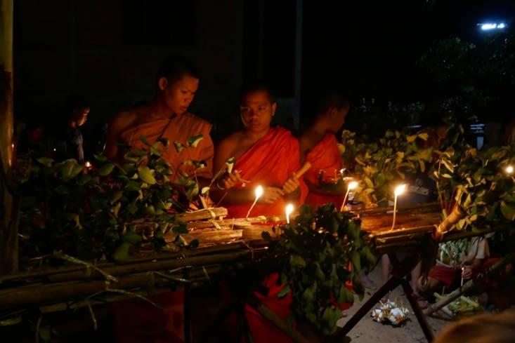 Les bougies des offrandes sont alors allumées