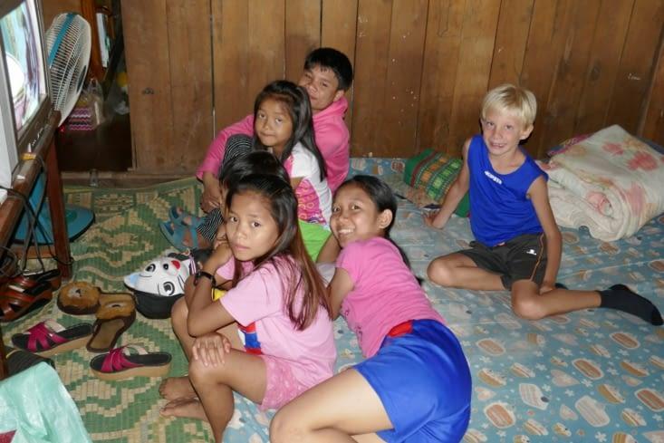 Les enfants de la guesthouse qui ont invité Maël à voir la télé