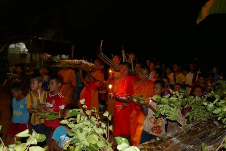 Procession avec les moines autour du bateau factice