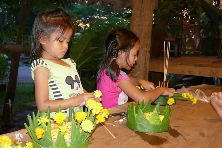 Préparation des offrandes par les enfants de la guesthouse