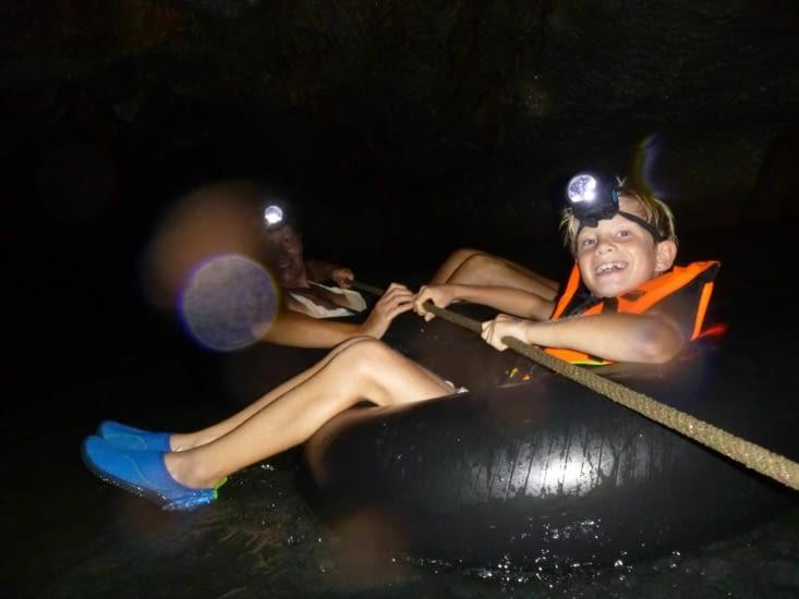 On traverse la cave en bouée, les fesses dans l'eau.
