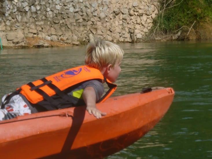 Je fais du kayak allongé, sans les pagaies.