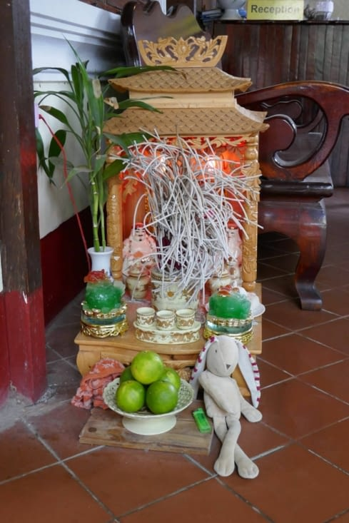 Il y a un petit temple dans chaque maison, hôtel, magasin...