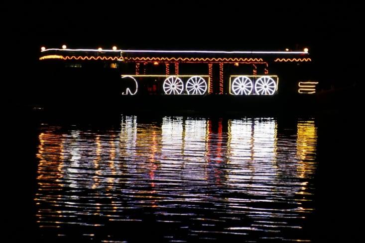 Un bateau passe chaque soir avec la sono à fond