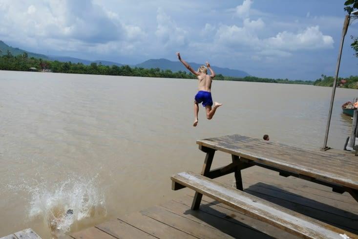 Pendant des heures dans l'eau peu transparente du Mékong