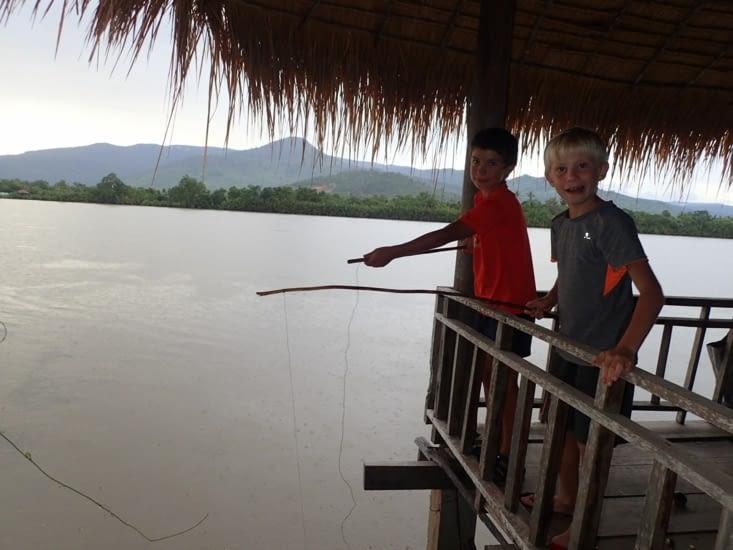 les enfants pêchent