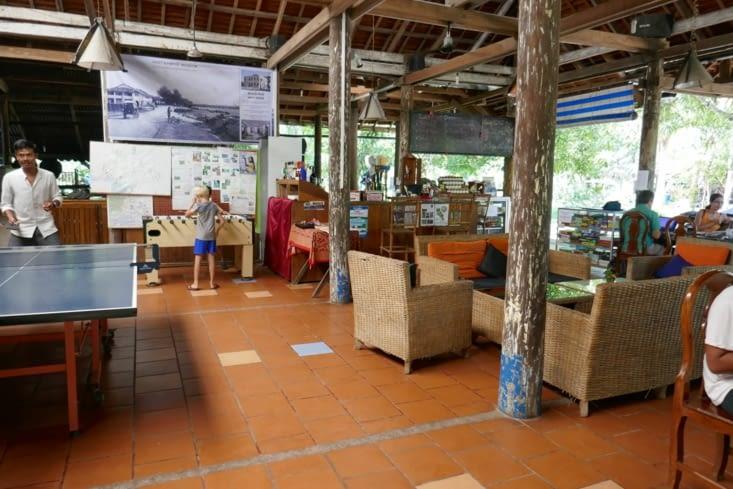 La partie principale de l'immense préau: ping-pong, baby-foot, restaurant, fléchettes...