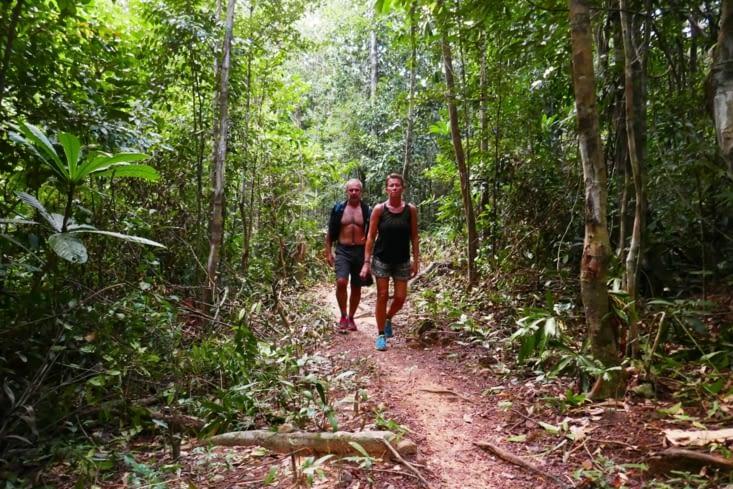 Nous reprenons notre exploration par une traversée de 1h dans la jungle