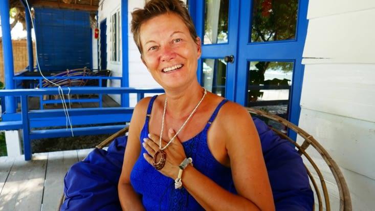 Avec Maël, nous lui avons fabriqué un collier et un bracelet avec les objets locaux