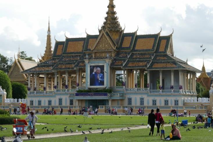 Le palais royal près de la rivière avec son esplanade