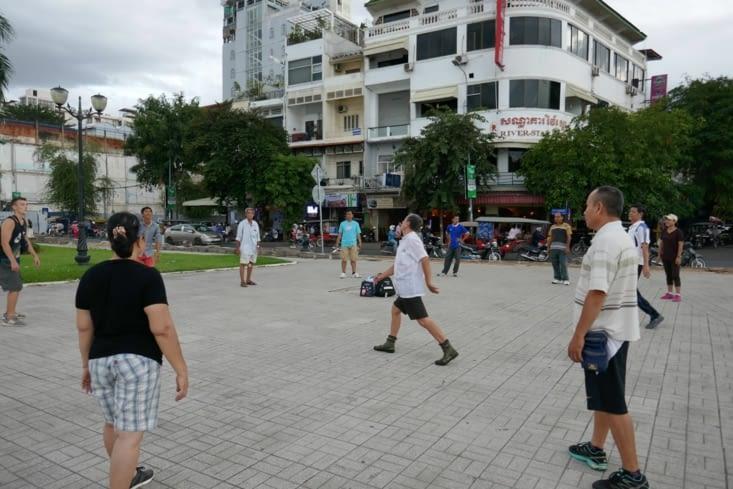 On retrouve le même jeu qu'au Viêtnam : un long volant se terminant par un amortisseur