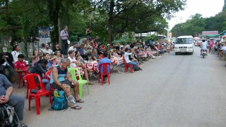 Voici une petite partie de la foule qui attend la sortie des chauves-souris de la grotte