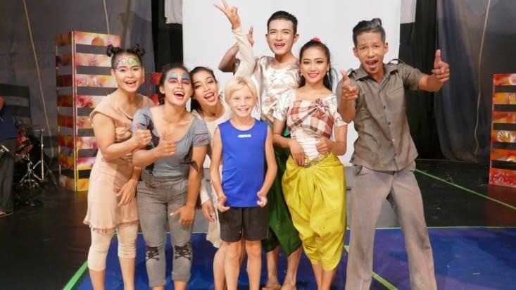 Une photo de Maël avec toute la troupe en fin de représentation