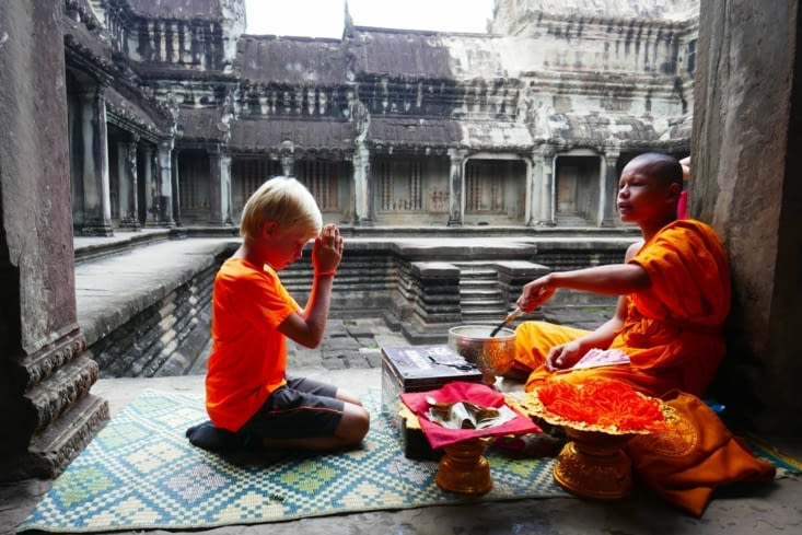 Bénédiction par un moine; à moins que ce ne soit le contraire. ...